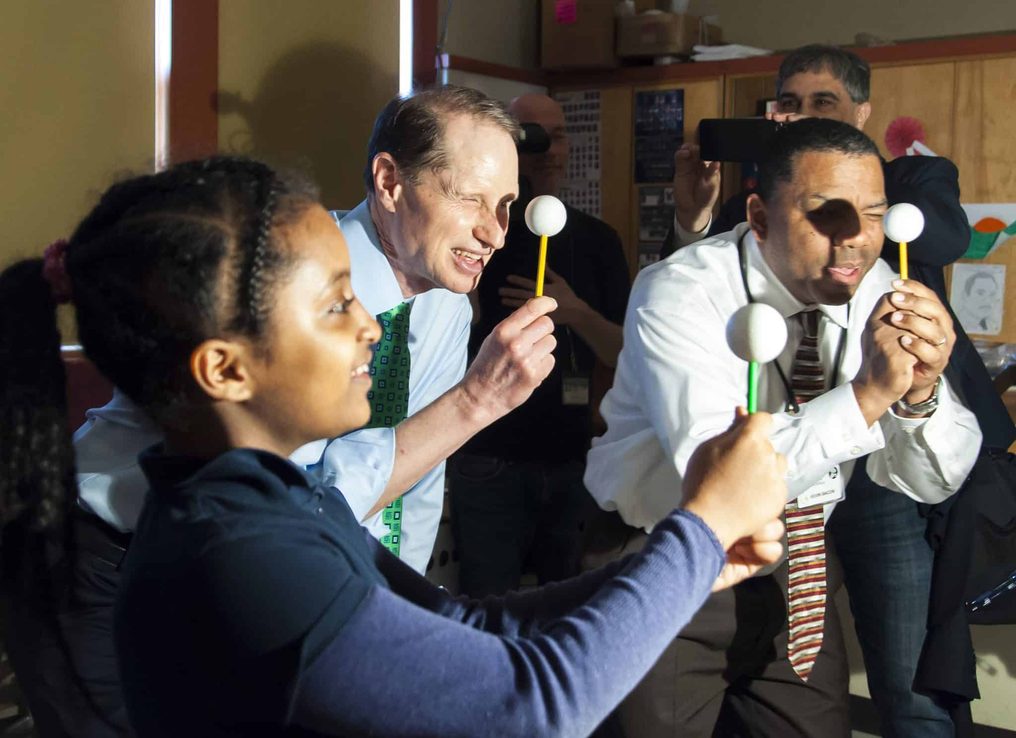 Boise-Eliot/Humboldt principal Kevin Bacon and students share their excitement for STEAM learning with Senator Ron Wyden. (Photo by Richard Martin of Portland Public Schools)